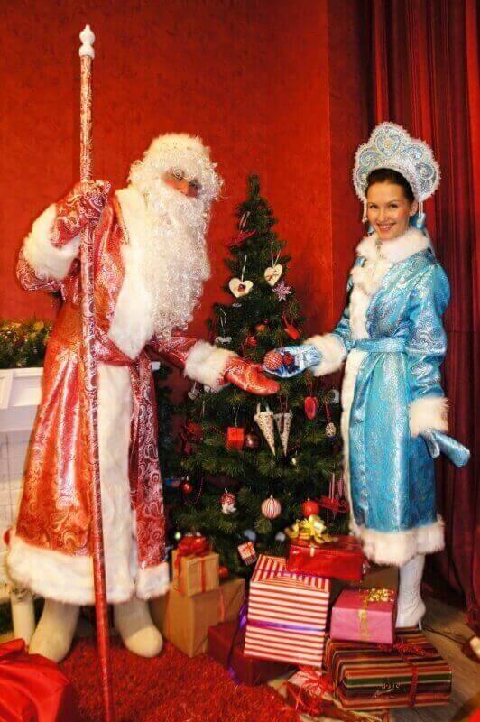 Снегурочка и Дедушка Мороз.